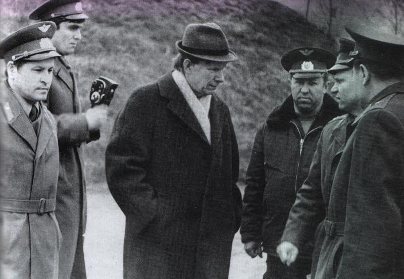 Васіль Быкаў у лётчыкаў 201-га знішчальнага палка, г.п. Мачулішчы